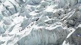 DieklassischeSüdroute führt vom Basislager zunächst durch das eisige Labyrinth des Khumbu-Gletschers