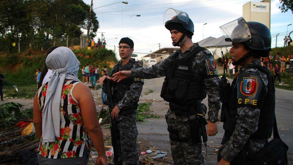 gefängnis-chaos in brasilien: polizisten sprechen mit einer angehörigen