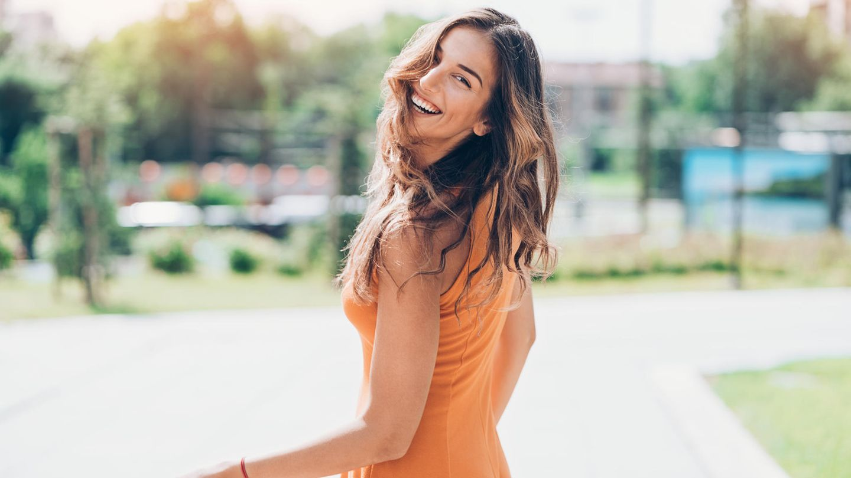 Eine junge Frau lacht in die Kamera