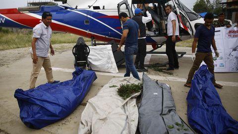 Mount Everest: Ein Team der Nepal Army lädt die sterblichen Überreste von vier Bergsteigern aus einem Hubschrauber