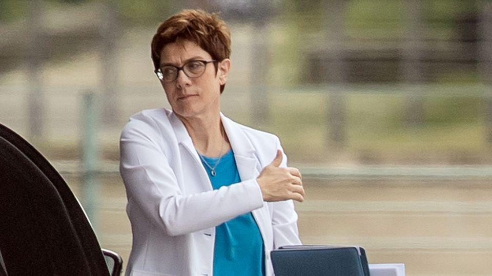 Annegret Kramp-Karrenbauer unter Beschuss nach Angriff auf Meinungsfreiheit