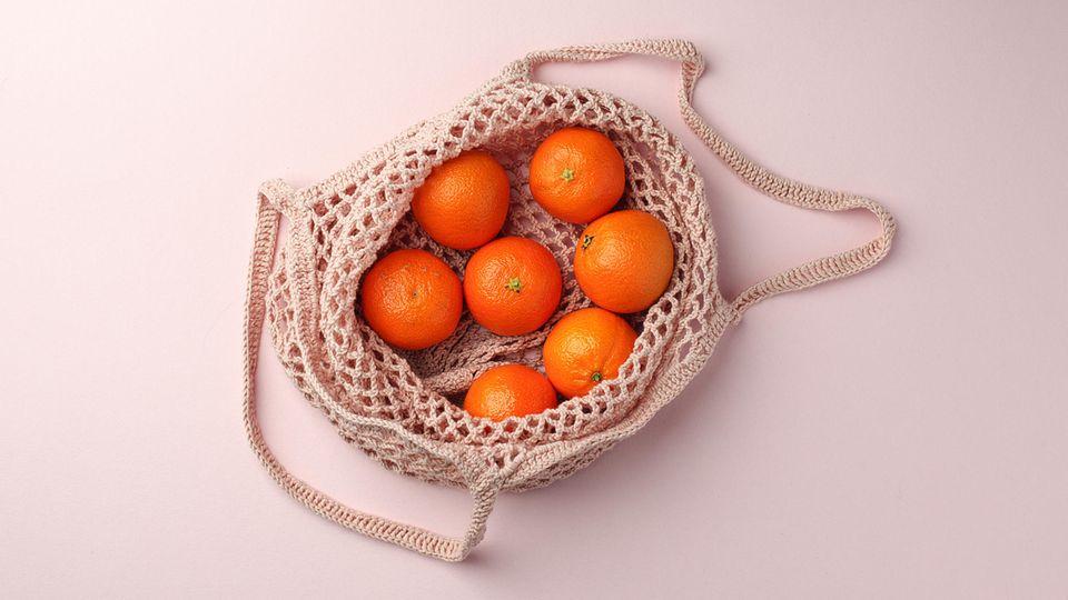 1. Einkaufsnetz aus Baumwolle  Plastiktüten kosten mittlerweile nicht nur Geld, viele Konsumenten lehnen den Gebrauch der Tüten aus Überzeugung ab. Deswegen ist es Zeit für eine praktische Alternative, die in jedeTaschen und jeden Rucksack passt. Baumwoll-Tragenetze gibt es in allen Farben und Größen. Du kannst darin deine Einkäufe verstauen und verzichtest komplett auf Plastik. Wenn du Obst und Gemüse einkaufst und eine plastikfreie Aufbewahrung suchst, dann können auch dieseTragenetze die Lösung sein.