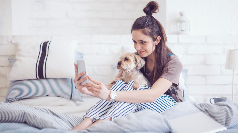Mädchen macht ein Selfie mit Hund