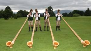 Tegernseer Alphornbläser spielen im Golfclub Beuerberg
