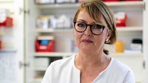"""Silke Behrendt, 53, Altenpflegerin in Bochum  Silke Behrendt freut sich über das EuGH-Urteil aus Luxemburg. """"Das kann die Lage in der Pflege wirklich verbessern"""", sagt sie. Behrendt arbeitet seit 17 Jahren in einem Altenheim in Bochum. Täglich sieht sie, wie sich ihre Kollegen selbst ausbeuten, wie sie früher kommen und später gehen, wie sie auf richtige Pausen verzichten, dafür beim Kaffee nebenbei schnell Patientendokumentationen erledigen. """"Viele haben ein enormes Pflichtgefühl und wollen bei Personalnot die Kollegen nicht hängen lassen"""", sagt Behrendt, die auch Betriebsrätin ist. Von den rund 70 Beschäftigten ihres Heimes würden 80 bis 90 Prozent mehr arbeiten. Unbezahlt. Und nicht erfasst. Genau darüber Buch führen, wie viel sie zusätzlich leisten, wollten viele nicht, fürchten sie doch, dass mancher sagen könnte: """"Warum schreibst du so viele Stunden auf? Schaffst du die Arbeit nicht?"""" Also arbeiten sie weiter zu viel, heimlich, still und leise. """"Diese unbezahlte Mehrarbeit gibt es nicht nur bei uns, sondern in vielen Heimen"""", sagt Behrendt. Doch wenn die Unternehmen die tatsächlichen Arbeitszeiten erfassen müssen, könnte damit künftig Schluss sein. Hofft Behrendt. """"Dann würde das Ausmaß der Personalnot offensichtlich, und die Heime müssten mehr Leute einstellen."""" Die Luxemburger Richter hätten für eine kleine Revolution gesorgt."""