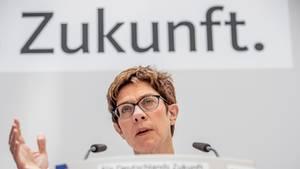 AKK lädt CDU-Mitglieder via Fax zu Tagung ein – und das Internet lacht sich schlapp