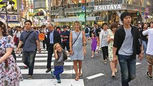 Max und Janina auf einer Straße in Shibuya, einem Stadtteil Tokyos