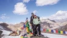 """Im Vorfeld der Operation fragte ihn ein Arzt, was er mit dem neuen Herz machen wolle. Auf das Ettaler Mandl klettern, antwortete Nimmesgern ganz bescheiden. Bei dem Mandl handelt es sich um einen einfachen Voralpengipfel nahe Oberammergau.  Doch es sollte anders kommen: Nimmesgern erholte sich von der Operation überraschend schnell und kann heute wieder auf fünftausend Meter hohen Pässen wandern. Das Bild zeigt ihn zusammen mit seiner Frau im Himalaya am Kang La.  Der Fotograf achtet heute mehr auf seine Gesundheit und befolgte auch den Rat seines Arztes, langsam zu gehen:""""Ich konnte das ästhetische Zusammenspiel zwischen der Schönheit der Landschaft und der Architektur der kleinen Dörfer viel besser genießen."""""""