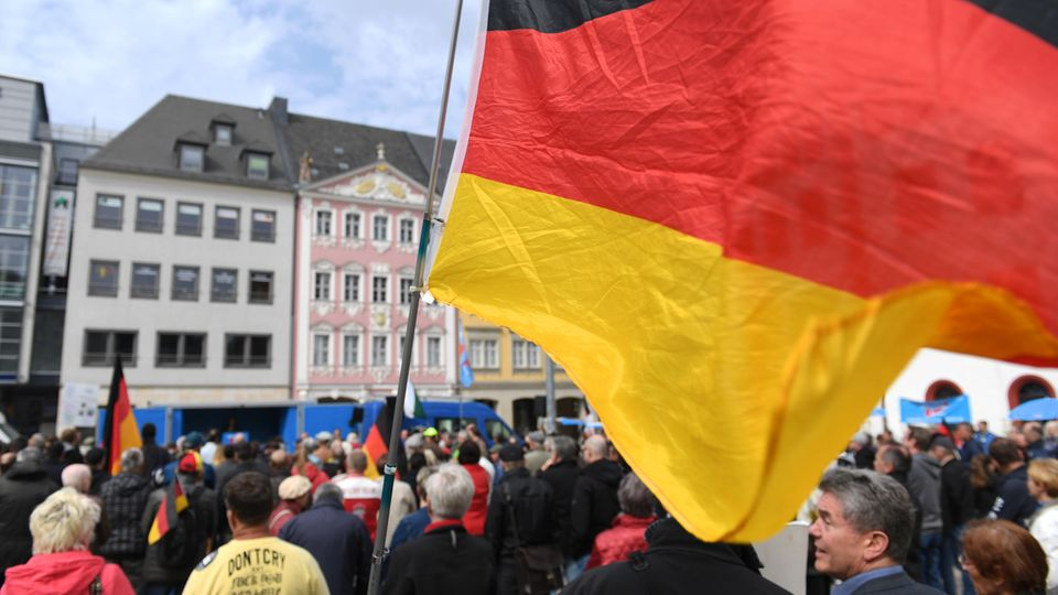 Teilnehmer einer AfD-Kundgebung in Chemnitz Anfang Mai. In Sachsen sowie Sachsen-Anhalt, Thüringen und Brandenburg hat die Partei zu wenig Kandidaten, um allegewonnen Sitze in den Städte- und Gemeindevertretungen besetzen.