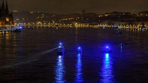 Ungarn, Budapest: Schiffe suchen auf der Donau nach Überlebenden.