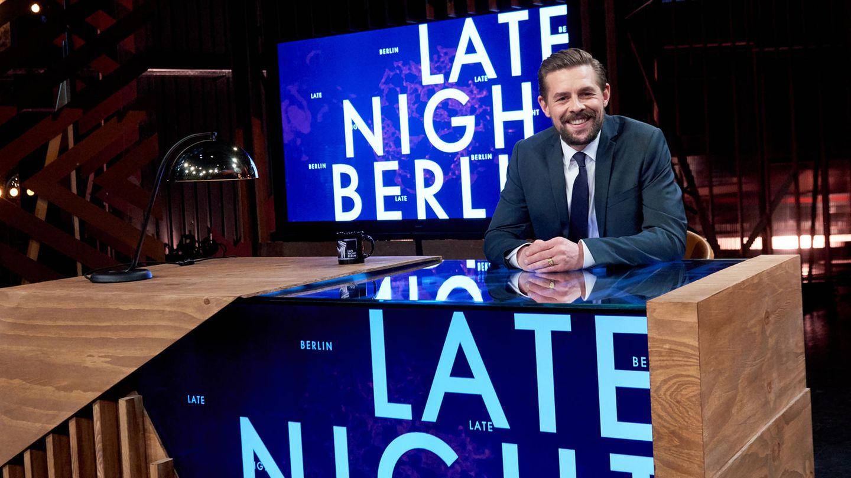 """Klaas Heufer-Umlauf ist inzwischen auch solo als Talkmaster erfolgreich: Seit 2018 moderiert er seine Show """"Late Night Berlin"""" mit wechselnden Gästen und lustigen Spielen"""