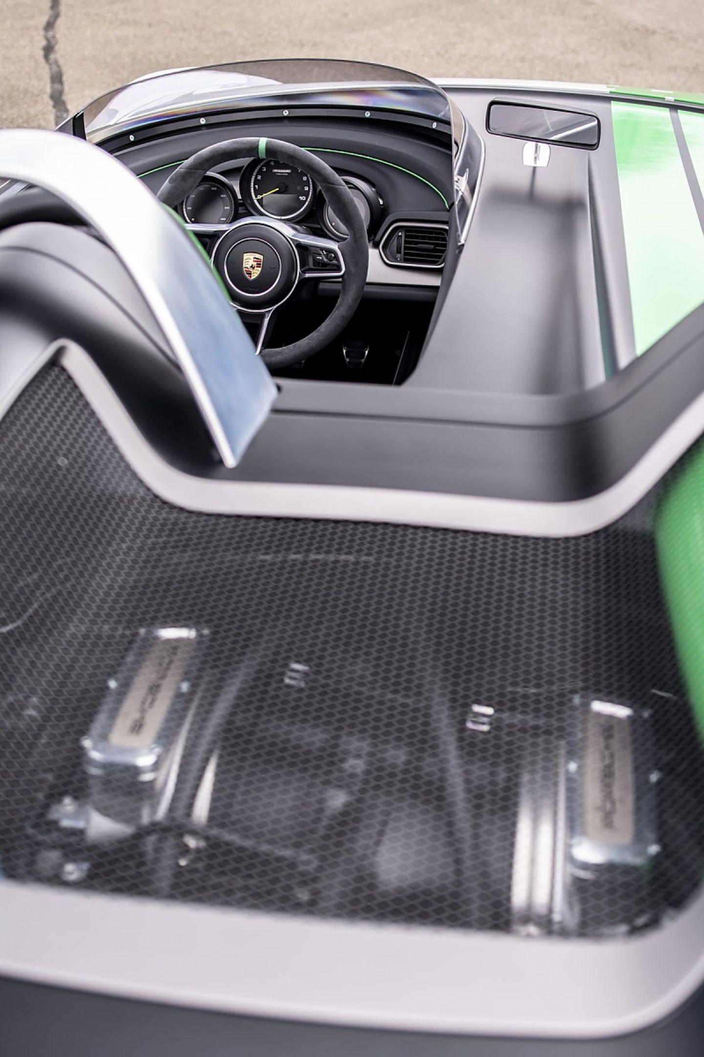 Die Motorhaube des Porsche 981 Bergsypder gewährt einen Blick auf den Sechszylinder Boxermotor