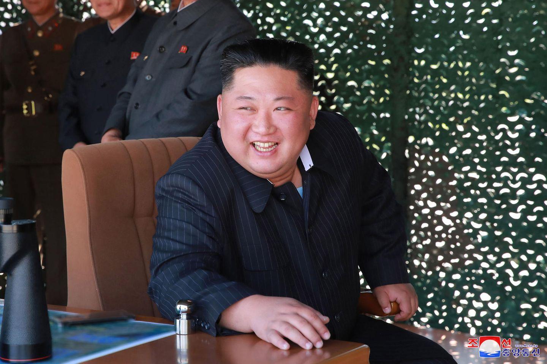 Nordkoreas Machthaber Kim Jong Un- hier auf einemvon der staatlichen nordkoreanischen Nachrichtenagentur KCNA verbreiteten Foto vom 9. Mai. Kim soll hier einen Waffentest verfolgen.