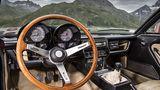 Klassisches Cockpit mit Holzlenkrad