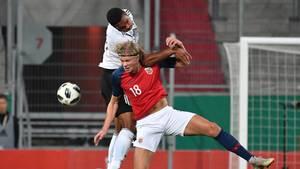 Erling Braut Haaland, hier im roten Trikot, bei einem Spiel gegen Deutschland