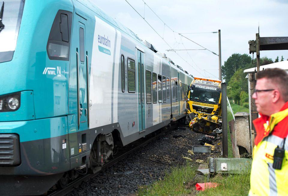 nachrichten aus deutschland regionalzug kollidiert mit lkw