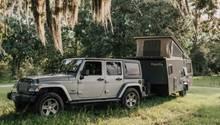 Der Anhänger ist geländegängig, kann aber auf Wegen auch von einem Familien-Van bewegt werden.
