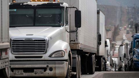 Lastwagen warten in Mexiko an der Grenze zu den USA