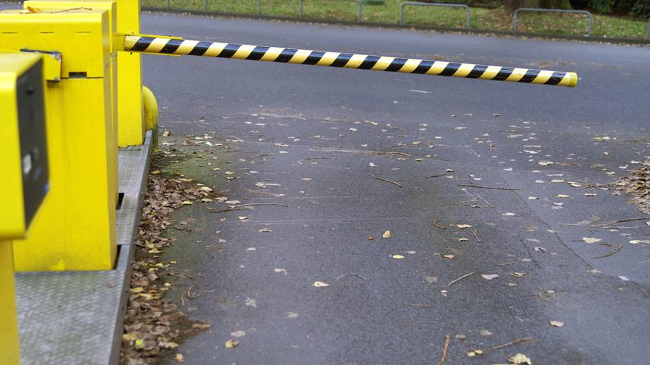 Eine geschlossene Parkschranke