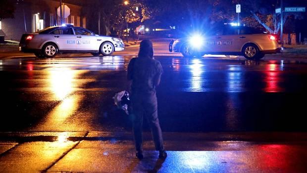 Fahrzeuge derVirginia State Police blockieren den Eingang zum Municipal Center nach der tödlichen Massenschießerei in Virginia Beach.