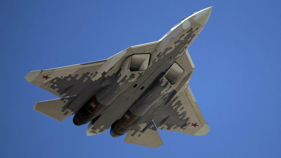 """Ein Jet des Typs """"Sukhoi Su-57"""" der russischen Luftwaffe"""