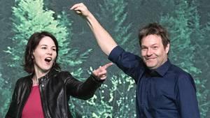 Die Grünen-Bundesvorsitzenden Robert Habeck (r.) und Annalena Baerbock