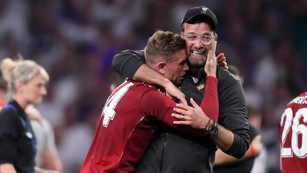 Jürgen Klopp umarmt im Moment seines größten Erfolges Liverpool-Kapitän Jordan Henderson