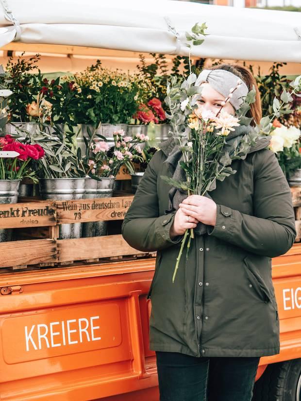 Anne Cavalier vor ihrem Blumenbulli