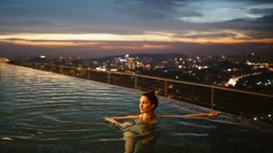 Eine Frau badet in einem luxuriösen Pook