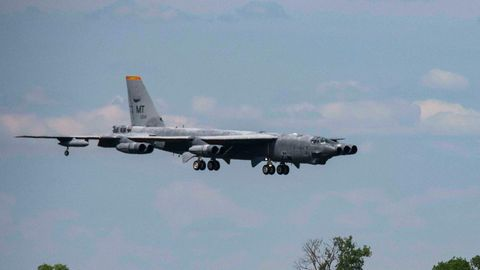 Die Besatzung lies es langsam angehen und flog den alten Bomber nur in geringer Höhe.