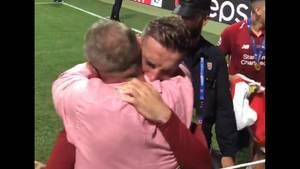 Jordan Henderson umarmt seinen Vater Brian