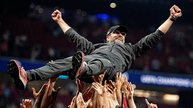 Auf Händen getragen: Jürgen Klopp wird in Madrid von seiner Mannschaft gefeiert