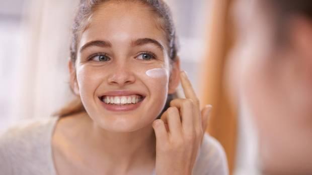 Hyaluron-Produkte sollen Falten und Hautunebenheiten ausgleichen können (Symbolbild)