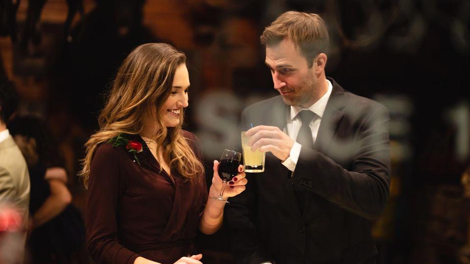 Mann und Frau an einer Bar