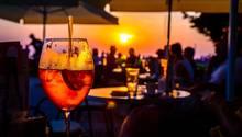 """Agua de Valencia ‒ Valencia  Noch ein echtes Original in Valencia ist das Agua de Valencia. Der Cocktail wurde erstmals im Jahr 1959 im """"Café Madrid""""von Constante Gil hergestellt, als eine Gruppe baskischer Reisender den Barkeeper aufforderte, ein neues Getränk aus Cava zu kreieren. Seitdem ist es die feste Tradition für Basken auf ihrer Reise Agua de Valencia zu bestellen.      Zutaten:½ l frisch gepresster Orangensaft½ l Schaumwein (Cava)¼ l weißer Alkohol (Vodka, Rum oder Gin)ZuckerOrangenscheiben Eiswürfel      Zubereitung:   Den Orangensaft in einen Glaskrug füllen. Den weißen Alkohol und Zucker (nach Belieben) hinzugeben und alles gut vermischen, bis der Zucker komplett aufgelöst ist. Danach den Schaumwein dazugeben und vorsichtig verrühren. Mit Eiswürfeln und einer Orange-Scheibe garniert servieren."""