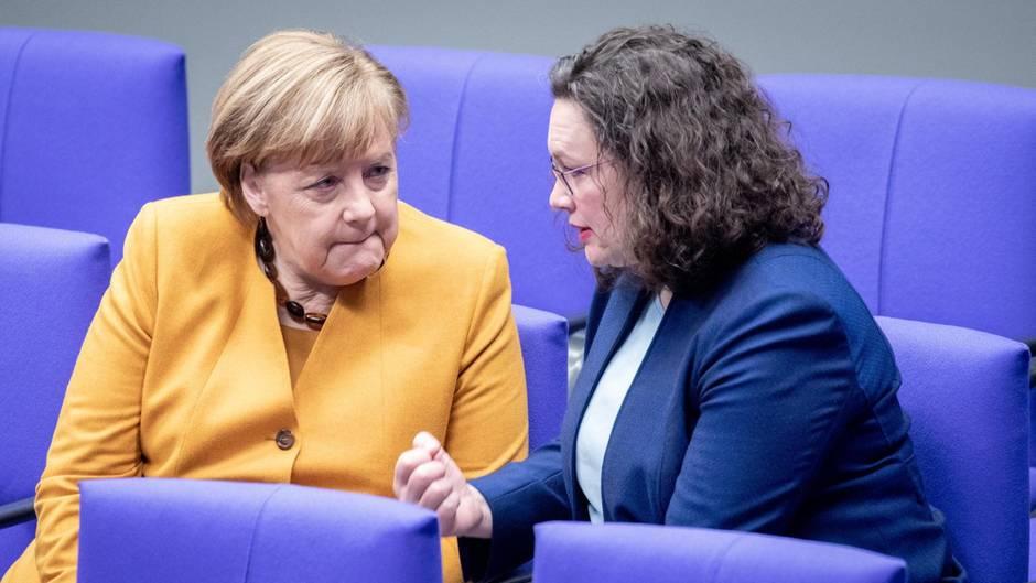 Bundeskanzlerin Angela Merkel, links, und Andrea Nahles im Bundestag