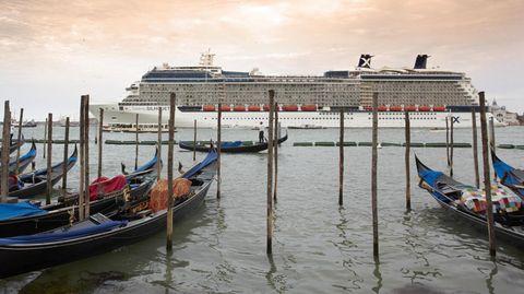 Kreuzfahrtschiffe vor dem Markusplatz in Venedig