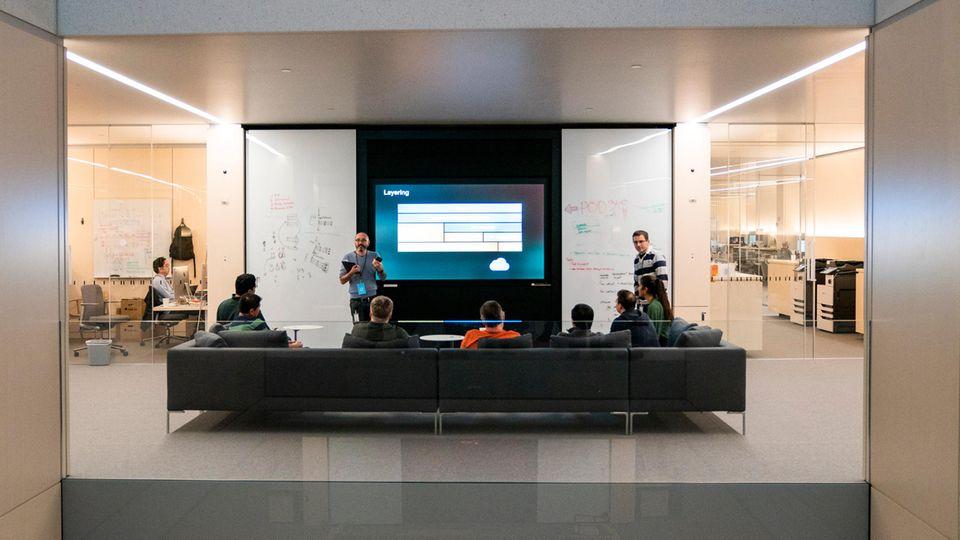 Bequeme Sofas, Wände aus Glas: Apples Software-Ingenieure in einem der Meeting-Räume.