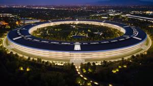 Eine melange aus Glas, Stein und Metall: Der Apple Park aus der Luft. Hier finden 13.000 Mitarbeiter Platz.