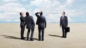 Männer im Anzug schauen in den Himmel