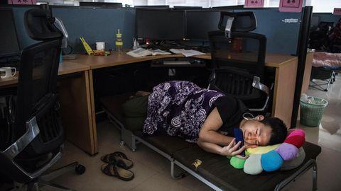 Hinter den Kulissen: Die Mitarbeiter schuften in Schichten von acht bis zehn Stunden, so der Konzern. Ein Mittagsschlaf ist weit verbreitet. Sei es auf eigens im Büro eingebauten Feldbetten oder auf der Bank der Kantine.