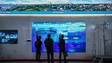Hinter den Kulissen: In einer hauseigenen Messe führt Huawei seine Vision der Zukunft vor. Von der intelligenten, ständig überwachten Stadt bis zur Integration in Stromnetze. Und sogar eine schlaue Mülltonne gibt es zu sehen.