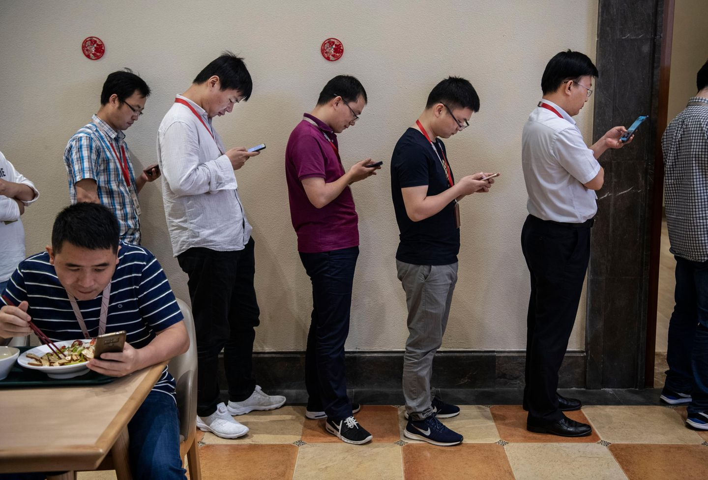 Hinter den Kulissen: Huawei - das steht für Smartphones. Und natürlich sind die auch auf dem Firmengelände allgegenwärtig. Doch der Konzern hat hinter den Kulissen mehr zu bieten.