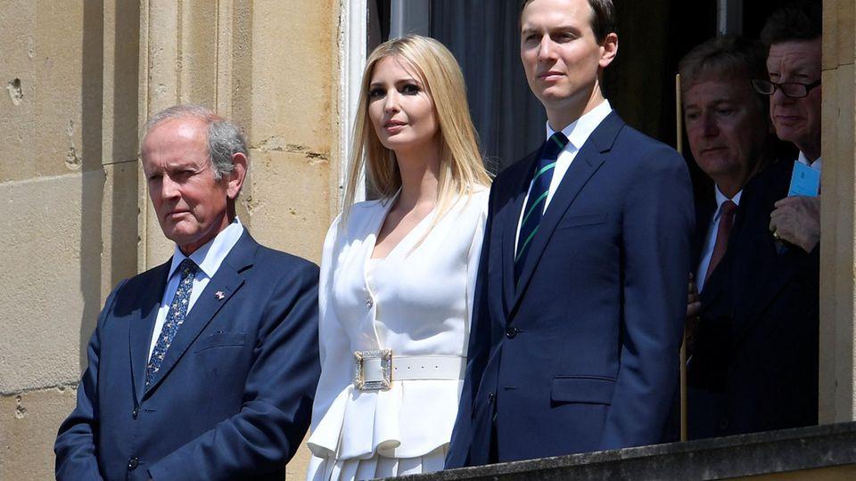 Schaut vom Balkon aus zu: Ivanka Trump und Ehemann Jared Kushner (r.).
