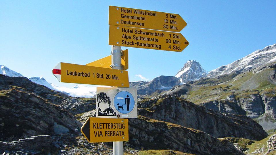 Bild 1 von 11der Fotostrecke zum Klicken:Berner Alpen, Schweiz -Gemmipass  Die steile Felswand hinter dem Alpendorf Leukerbad scheint undurchdringbar. Seit der Römerzeit aber – und vielleicht schon früher – haben unerschrockene Reisende, Händler, Truppen und Pilger eine schmale Passage benutzt, um über die Berge zu gelangen. Der Gemmipass ist 2270 Meter hoch. Ein unerbittlicher, kurvenreicher Aufstieg von fast tausend Metern Höhendifferenz führt auf den Pass und seine unheimlich schroffe Hochebene mit Felsbrocken, Geröll, dunklen Seen und einem Gasthof, der einst für die dort lauernden Wegelagerer bekannt war. Ist diese Unterwelt durchquert, taucht man wieder ein in grüne Kuhweiden und steigt durch Nadelwald zügig ab ins Kandertal. Die Passwanderung ist nach 19 Kilometern bewältigt.