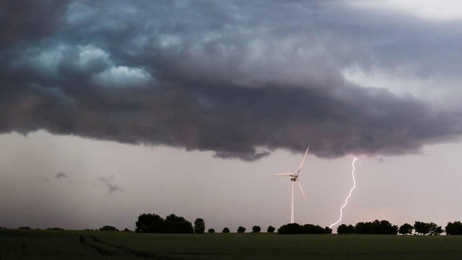 Eine Unwetterfront zieht über die südliche Region Hannovers hinweg, als ein Blitz in Laatzen einschlägt