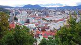 """Ljubljana, Slowenien: Weg entlang des Stacheldrahts  Der """"Weg entlang des Stacheldrahts""""ist Sloweniens Pendant zum Berliner Mauerweg. Als Sloweniens Hauptstadt zunächst vom faschistischen Italien und dann vom Deutschen Reich annektiert wurde, ließen die Besatzer einen 33 Kilometer langen Stacheldrahtzaun errichten, der Widerstandskämpfer in Stadt und Umland daran hindern sollte, miteinander zu kommunizieren. Der Ringweg von Ljubljana wird heute nicht mehr von Soldaten und Polizei überwacht. Heute ist es eine Schotterpiste, die durch Wälder, Wiesen und die Peripherie führt. Der von Gedenksteinen gesäumte Weg führt am Koseze-Teich entlang und über das Renaissance-Schloss Fužine (heute ein Museum für Architektur und Design) zum Hügel Golovec hinauf."""