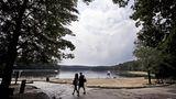 """Massachusetts, USA: Walden Pond Loop  """"Ich ging in die Wälder, weil ich bewusst leben wollte ... Intensiv leben wollte ich, das Mark des Lebens in mich aufsaugen"""", so der große amerikanische Naturkundler Henry David Thoreau, der 1854 der Welt den Rücken kehrte, um am Walden Pond zu leben. In seinem Buchklassiker Walden schrieb er über seine Erfahrungen. Der Teich nahe der Stadt Concord ist nicht die Wildnis von einst. In der Nähe verläuft hier inzwischen eine laute Schnellstraße. Der drei Kilometer lange Rundweg am bewaldeten Wasserrand entlang erweckt jedoch immer noch die Sehnsucht nach einem einfacheren Leben. Es geht knisternden Schritts über Tannennadeln, während man nach Erdhörnchen und Meisen späht, und an der Stelle, wo einst Thoreaus alte Blockhütte stand (mit Pfosten markiert), lässt es sich gut rasten."""