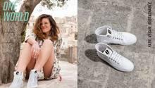 Frau in weißen Sneakers.