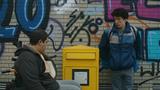 """Dramedy  """"How to Sell Drugs Online (Fast)""""bei Netflix  """"Wenn man im Internet im großen Stile Drogen verkauft, sollte man eine Sache auf gar keinen Fall machen: wildfremden Leuten davon erzählen – also außer natürlich Netflix ruft an und sagt, sie wollen eine Serie über dein Leben machen.""""So beginnt die neue deutsche Netflix-Serie """"How to sell drugs online (fast)"""".Die Story rund um einen deutschen 17-Jährigen, der im Internet Drogen vertickt, beruht auf wahren Begebenheiten und ist so erfrischend anders erzählt, dass man zuerst gar nicht bemerkt, dass es sich doch tatsächlich um eine deutsche Produktion handelt. Es wird mit der vierten Wand gebrochen, es wimmelt von popkulturellen Referenzen und ganze Erzählstränge werden perDurchscollen einer Instastory dargestellt. Wenn das kein gewagter Schritt ist, wissen wir auch nicht. Die Serie ist der Inbegriff der Genaration Z und auch wenn du nicht Teil davon bist, fühlst du dich unglaublich gut unterhalten. Spätestens beimCameo-Auftritt von Jonathan Frakes (""""X-Factor: Das Unfassbare"""") hatten sie uns.Was der da zu suchen hat? Finde es selbst heraus.  Für Fans von:exzellentem deutschen Humor  Wann gucken:Zwischendurch, am Stück und auf dem Weg zur Arbeit  Binge-Faktor:♥♥♥♥♥ Sechs 30-minütige Folgen mit Witz und Spannung – ein Nachmittag und du wartest schon gespannt auf die zweite Staffel!"""